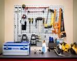 Diverse verktøy organisert på en vegg