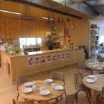 Bord, stoler og åpent kjøkken