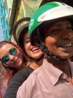 Dina og Malene sitter bakpå en lokal motorsyklist