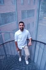 Abid stående på en utendørs vindeltrapp