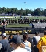 Amerikansk fotballkamp på Michigan Tech sett fra tribunen.